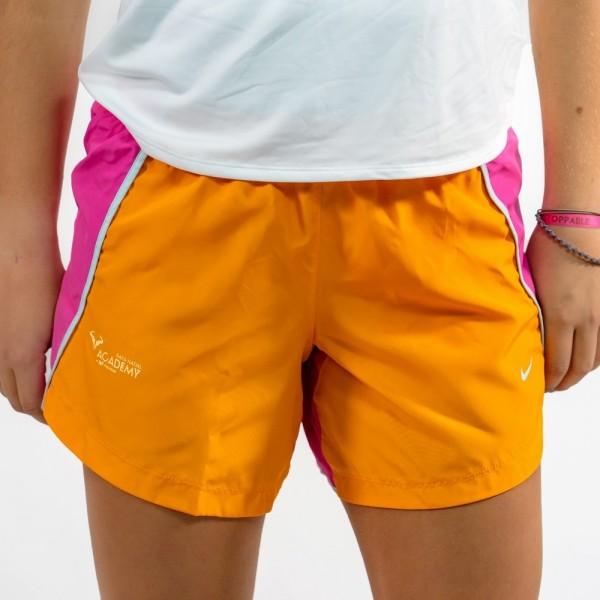 """Los pantalones cortos para correr 3 """"Nike Dri-FIT Run Big Kids (para niñas) tienen un tejido que repele el sudor, una costura m"""